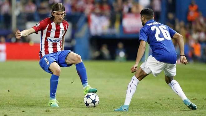 Filipe Luis controla el balón en el partido ante el Leicester.
