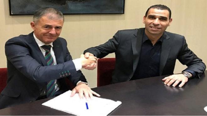 Lucas Alcaraz firmando como nuevo seleccionador de Argelia.