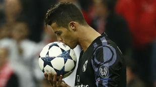 Ronaldo besa el balón en el Allianz Arena