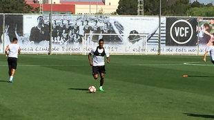 Luis Nani durante los ejercicios con balón en la sesión de este...