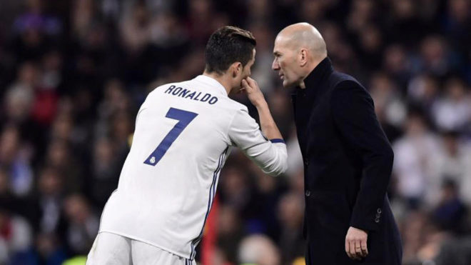 Zidane y Cristiano charlan durante el partido ante el Nápoles.