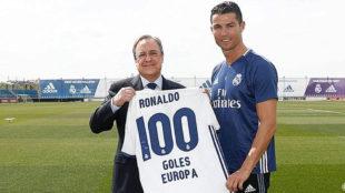 Florentino entreg� a Cristiano una camiseta conmemorativa.
