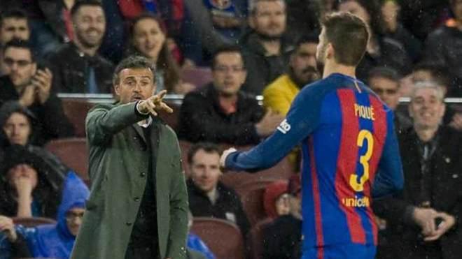 Luis Enrique da órdenes a Piqué en un encuentro