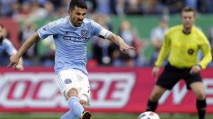 David Villa marc� su cuarto gol en la campa�a desde la media cancha