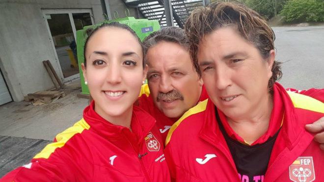 Melani Homar y Charo Inés, junto al técnico José Herrada.