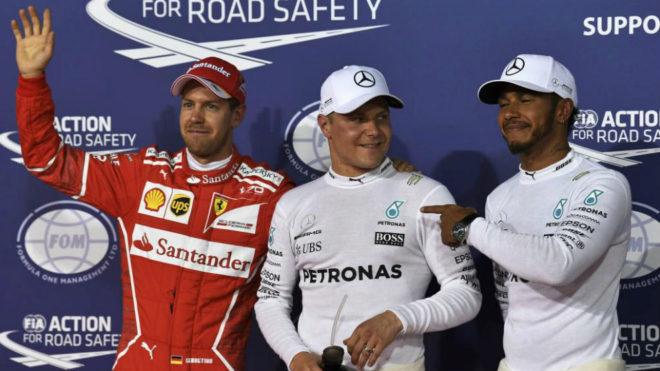 Hamilton señala con el dedo a Bottas tras la 'pole' del finlandés.
