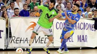 Rafael protege el balón ante la presencia de Juan Emilio.