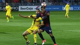 Vinicius Araujo intenta controlar el balón ante la presión de...
