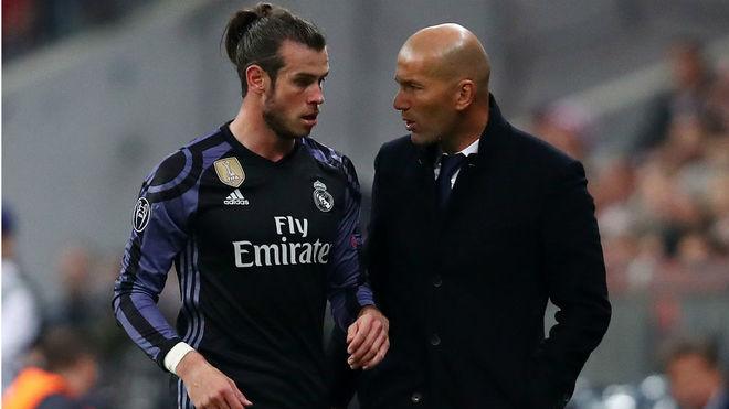 Zidane y Bale dialogan en Múnich el pasado miércoles.
