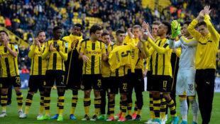 Los jugadores del Dortmund muestran una camiseta de Bartra antes del...