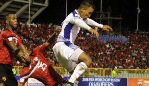 Henr�quez salta ante dos jugadores de Trinidad y Tobago en un partido...