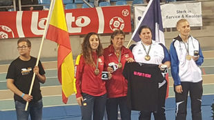 Melani Homar y Charo Inés, en el podio, junto a las jugadoras de...