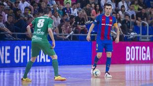 Sergio Lozano, con el balón, ante la presencia de Roberto Martil.
