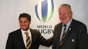Agustín Pichot, junto al inglés Bill Beaumount, actual presidente de...