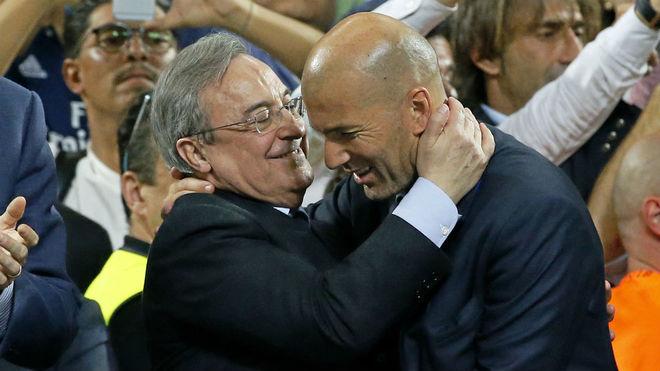 Florentino Pérez y Zinedine Zidane se abrazan al término de la final...