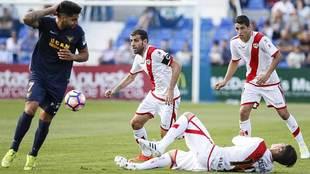 Jona se lleva el balón con Zé Castro en el suelo durante el partido...