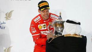 Sebastian Vettel recogiendo el trofeo en el podio