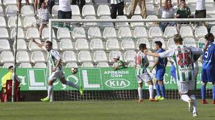 Markovic celebra el gol con el que el Córdoba se llevó el derbi del...