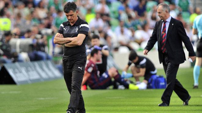 Mendilibar, pensativo durante el partido ante el Betis