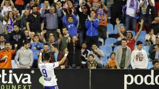 Ángel celebra con la afición el tanto con el que ganó el Zaragoza