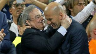 Florentino P�rez y Zinedine Zidane se abrazan al t�rmino de la final...