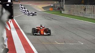 Sebastian Vettel cruzando la línea de meta