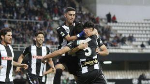 Los jugadores del Cartagena celebran el tanto logrado ante el...