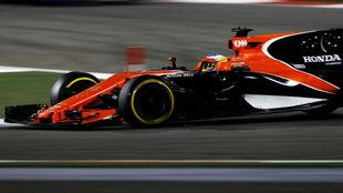 Alonso pilota su McLaren Honda durante la carrera de Bahréin.