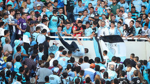 Tiran al hincha de Belgrano grada abajo en el estadio Kempes