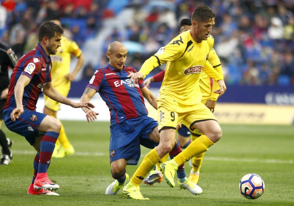 Dura pugna por las plazas de promocion. El Levante aplaza su alirón y el Girona mantiene la ventaja.