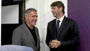 El presidente Carlos Suárez, junto a Paco Herrera el día de la...