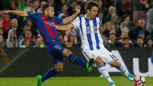 Mikel Oyarzabal peleando un balón con Jordi Alba