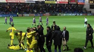 Los jugadores del Huesca se lamentan al fondo mientras los del Cádiz...