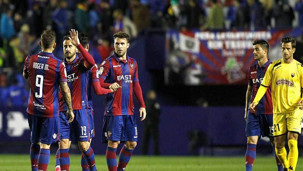 El reaparecido Pedro López saluda a Roger tras el empate sin goles...