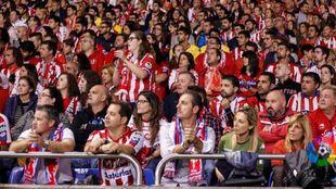 Aficionados del conjunto asturiano siguen atentamente un partido de la...