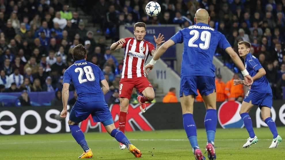 Saúl remata de cabeza en el gol del Atlético.