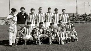 Los futbolistas de la Real Sociedad forman acompañados de Rafael...