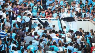 Momento en el que el hincha de Belgrano cae por el vomitorio.