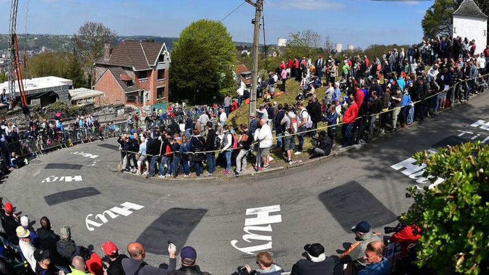 Los aficionados ya se apiñaban en el Muro de Huy a primera hora de la...