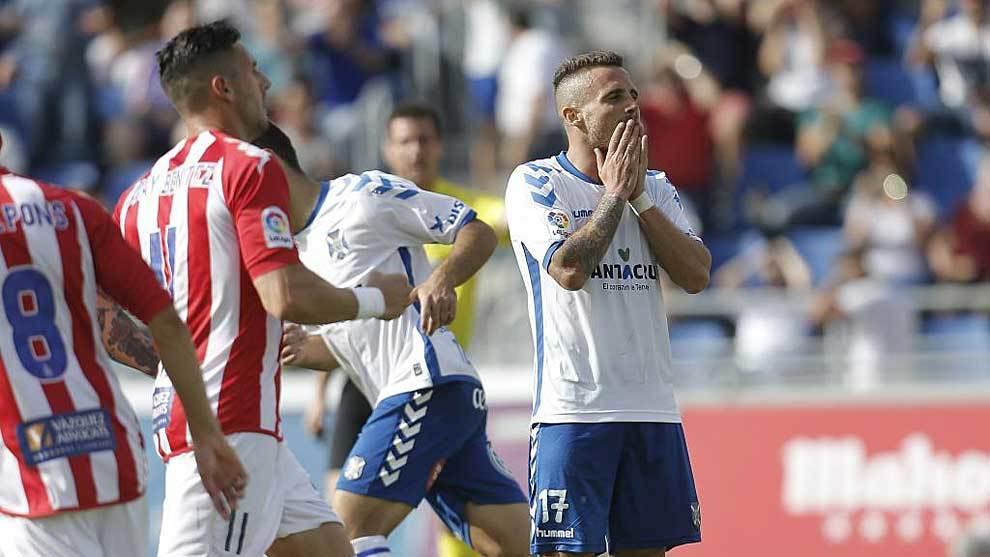 Aarón Ñíguez se lamenta ante Aday Benítez tras fallar el penalti...