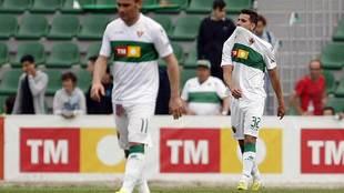 Caballero, por detrás de Nino, se muerde la camiseta durante su debut...