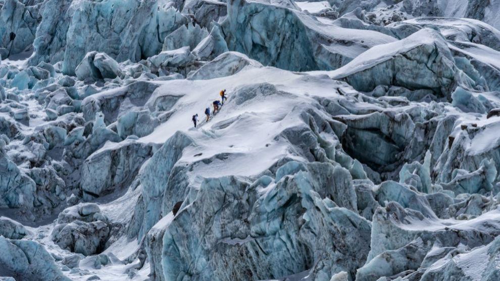 Varios alpinistas en la cascada del Khumbu en el Everest en 2015.