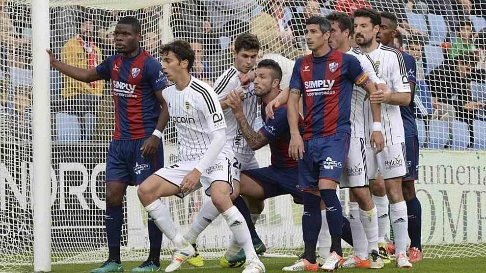 Córner contra la portería oscense en la primera vuelta; Oviedo y...