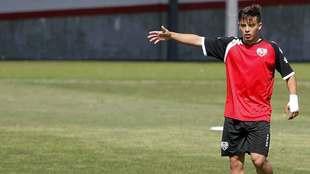 Fran Beltrán señala con la mano durante un entrenamiento reciente en...