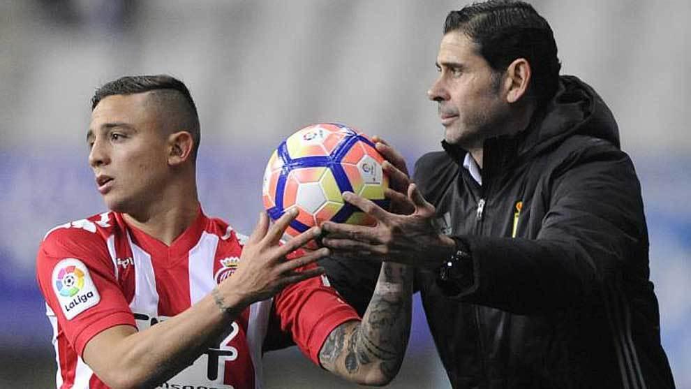 Pablo Maffeo sujeta el balón junto a Fernando Hierro durante el...