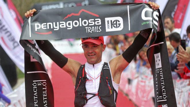 Sebas Sánchez celebra su triunfo en Penyagolosa Trails 2016.