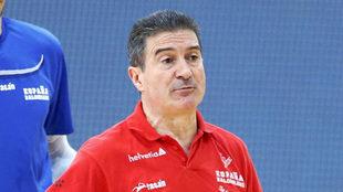 Manolo Cadenas, en un entrenamiento con España.