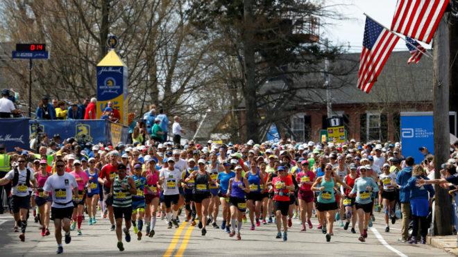 Varios corredores en el maratón de Boston.