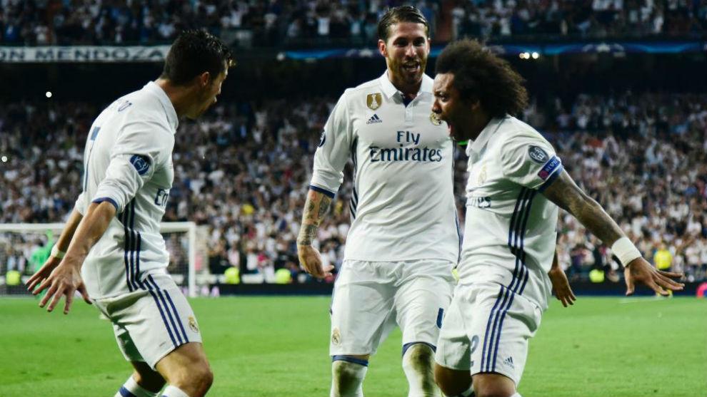 Marcelo, Cristiano y Ramos celebran un gol del portugués ante el...