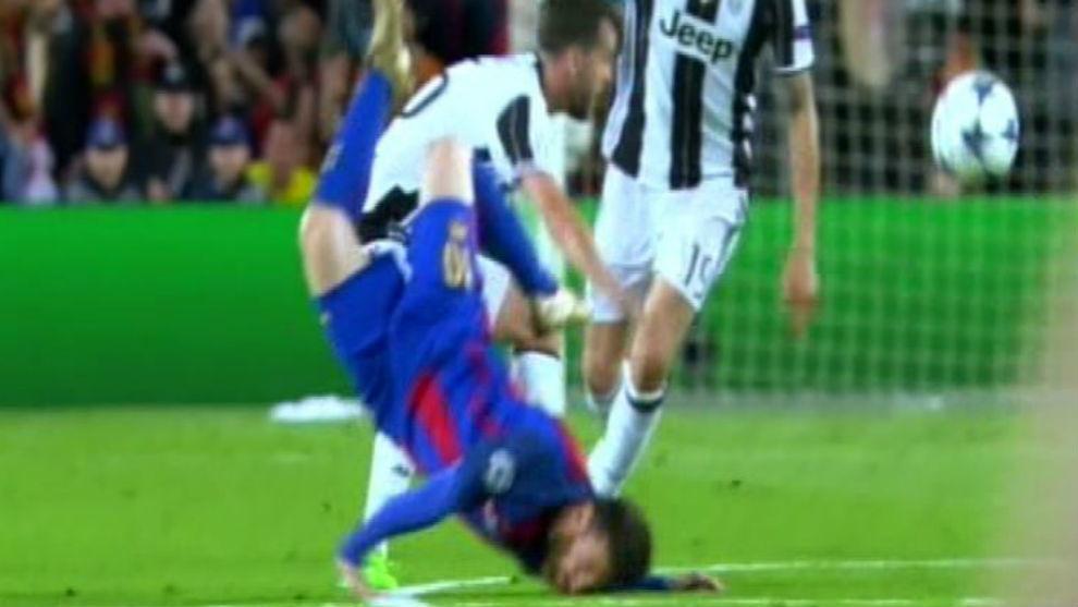 Messi para e golpe en el suelo con la cara.